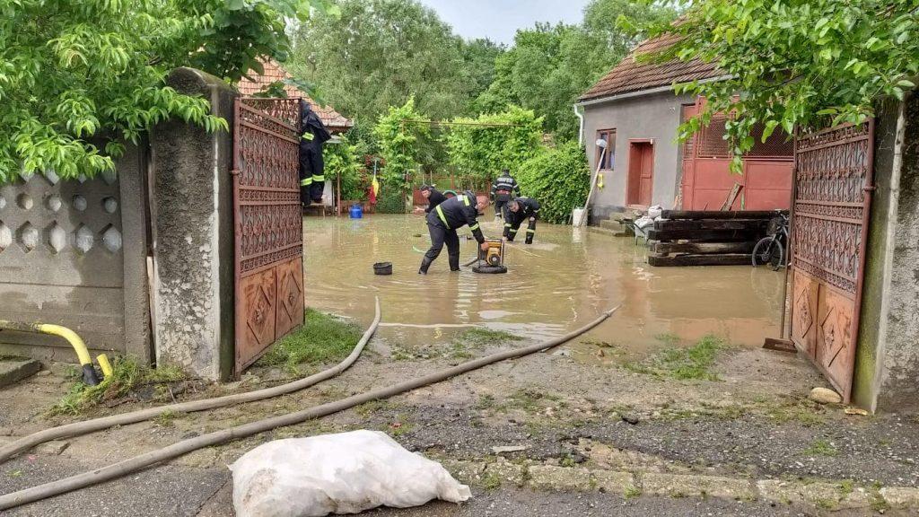 În ultimele 24 de ore, peste 3000 de pompieri au intervenit în 34 de localități din 16 județe
